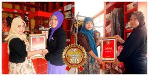 """Serah terima piagam """"Simply Fresh Award 2015"""" dilakukan secara simbolis oleh management Simply Fresh Laundry."""