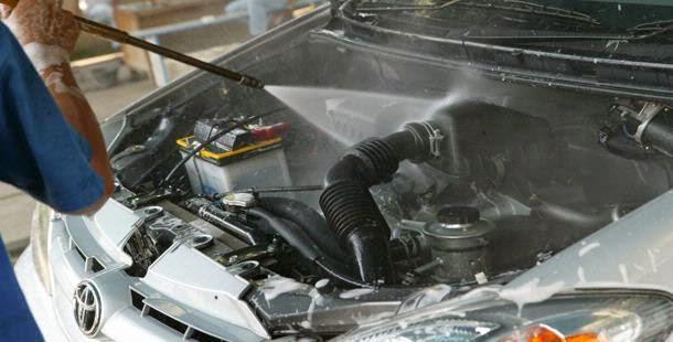 Tips Membersihkan Mesin Mobil Agar tidak Merusak Kinerjanya