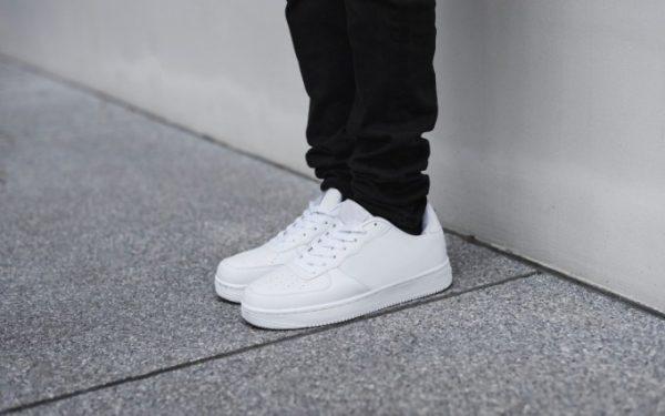 mencuci sepatu putih